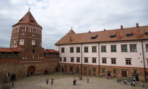 Zdjęcie BIAłORUś / Obwód miński / Mir / Na dziedzińcu zamku ...