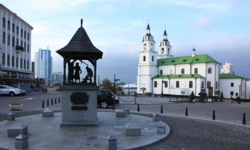 Zdjecie BIAłORUś / Mińsk / Plac Wolności / Unicka cerkiew Św. Ducha, z prawej