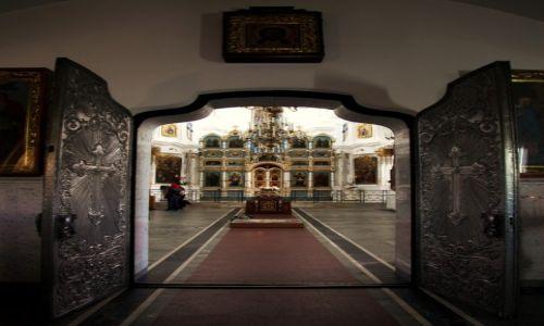 Zdjęcie BIAłORUś / Mińsk / Katedralny sobór Zesłania Ducha Świętego / Drzwi szeroko otwarte