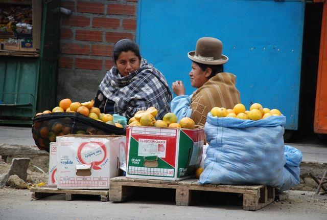 Zdj�cia: Boliwia, La Paz, stragan z pomara�czami La Paz, BOLIWIA