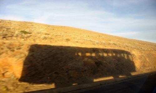 Zdjecie BOLIWIA / - / Nad Jeziorem Titicaca, w drodze z Peru Do Boliwii / Wesoły autobus wzdłuż Titicaca sobie mknie