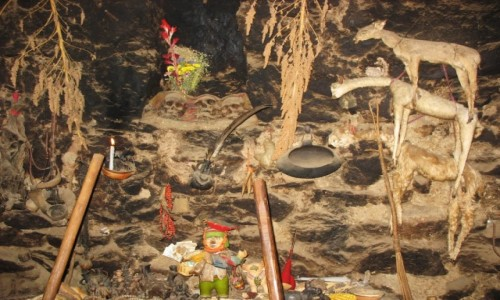 Zdjecie BOLIWIA / Okolice Titicaca / Cha�upa na wsi / Czaszki przodk�