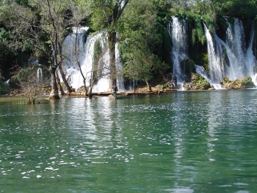 Zdjęcia: wodospady okolice medjugorje, bośnia, wędkarz i wodospad, BOśNIA i HERCEGOWINA