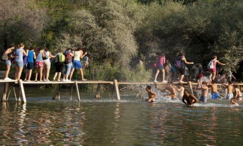 Zdjęcie BOśNIA i HERCEGOWINA / - / Kravica. Rzeka Trebizat. / Nad wodospadem - letnie igraszki.