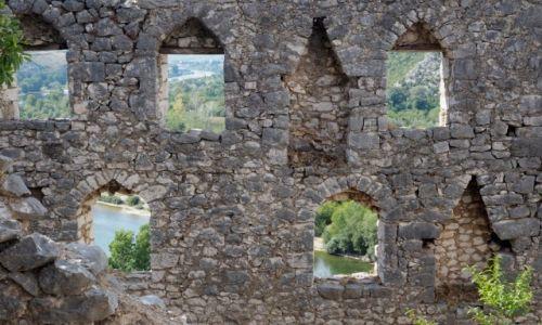 BOśNIA i HERCEGOWINA / Hercegowina / Počitelj, ruiny tureckiej twierdzy / a za murami - kolorowy świat...