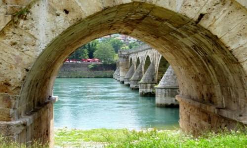 Zdjecie BOśNIA i HERCEGOWINA / Republika Serbska / Višegrad - most na Drinie / pod mostem...