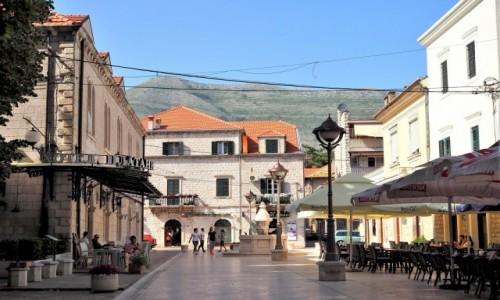 Zdjęcie BOśNIA i HERCEGOWINA / Republika Serbska / Trebinje, centralny punkt starówki / w skwarze południa...