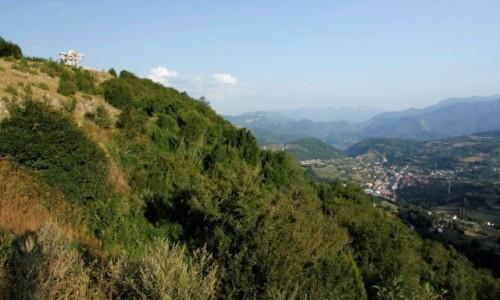 Zdjecie BOśNIA i HERCEGOWINA / Hercegowina-Neretwa / Prozor / Górski krajobraz i zniszczony pomnik na szczycie Makljenu.