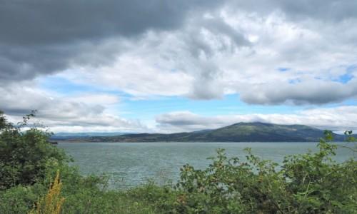 Zdjecie BOśNIA i HERCEGOWINA / - / jezioro Livno, w pobliżu miasteczka o tej samej nazwie / pod chmurami nieco lśni...