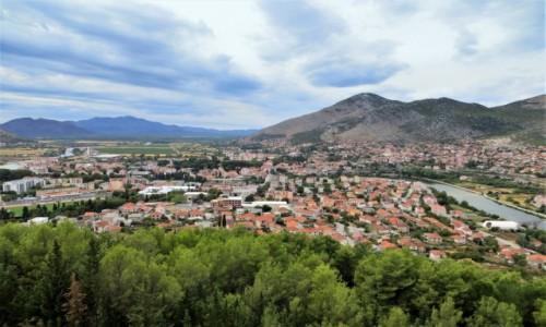 BOśNIA i HERCEGOWINA / Republika Serbska / Trebinje / otoczone z każdej strony górami...