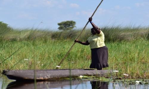 Zdjecie BOTSWANA / Płn. Botswana / Delta Okavango / Kobieta w łódce