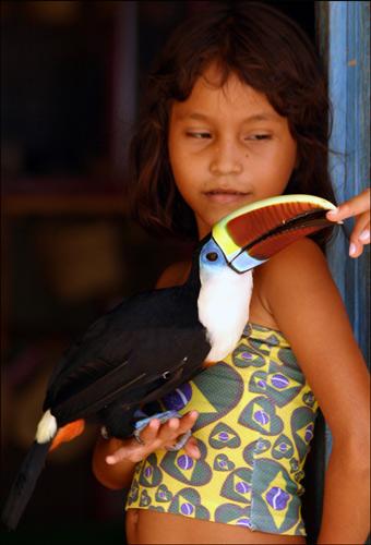 Zdjęcia: Indiańska wioska Acajatuba, Amazonia, portret z tukanem, BRAZYLIA