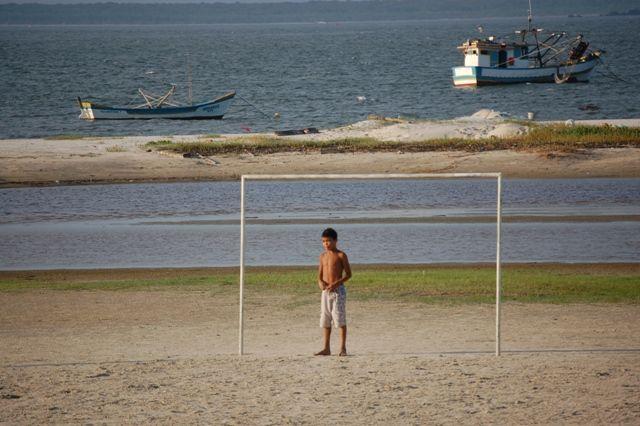 Zdjęcia: Ilha do Mel, Wyspa miodowa, Piłka nożna w porcie, BRAZYLIA