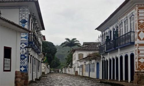 Zdjecie BRAZYLIA / Wybrzeże, Stan Rio de Janeiro / Uliczka starego miasta / Paraty po deszczu