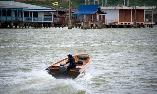 Zdjęcie BRUNEI / - / Bandar Seri Begawan / Taksowka w miescie na wodzie (Brunei)