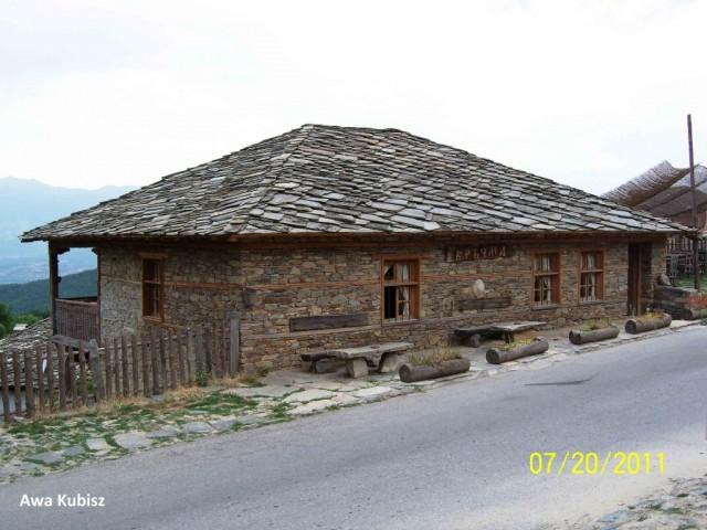 Zdjęcia: Okolice Melnika, Południe, Rodopy - typowy budynek z dachem z kamiennych płytek, BUłGARIA