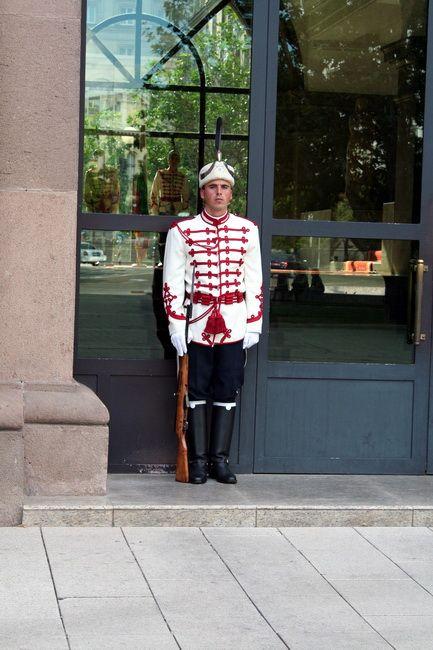 Zdjęcia: Sofia, Wartownik przed Pałacem Prezydenckim, BUłGARIA