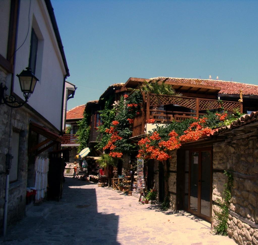 Zdjęcia: Nessebar, stara uliczka, obwód Burgas, upał i kwiatki, BUłGARIA