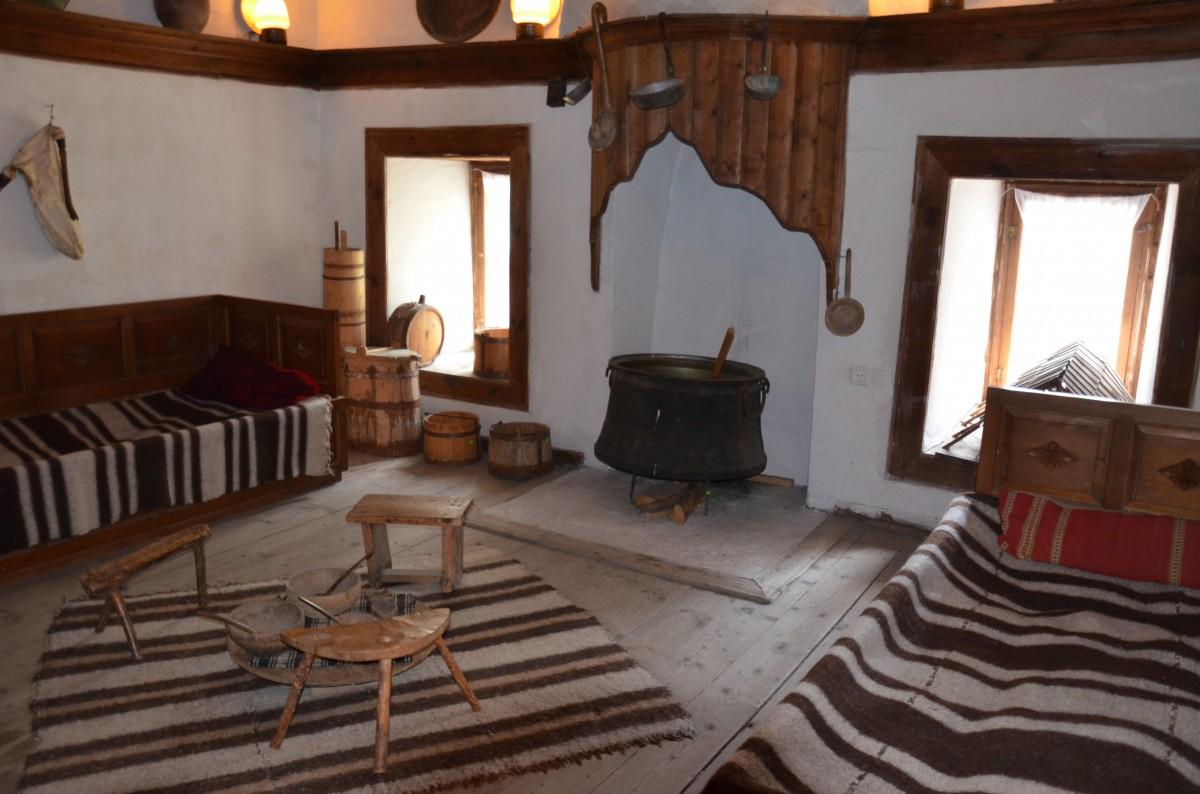 Zdjęcia: Góry Rodopy, Środkowa Bułgaria, Salon/jadalnia w domu górali rodopskich, BUłGARIA