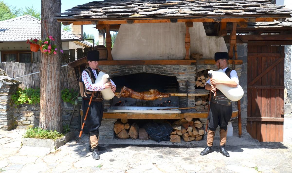 Zdjęcia: Góry Rodopy, Środkowa Bułgaria, Górale rodopscy z dudami i jagnięciną na ruszcie, BUłGARIA