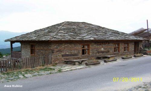 BUłGARIA / Południe / Okolice Melnika / Rodopy - typowy budynek z dachem z kamiennych płytek