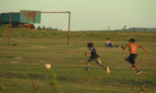Zdjecie BUłGARIA / Góry Strandża / Burgas / Chłopcy grają w piłkę w zachodzącym słońcu