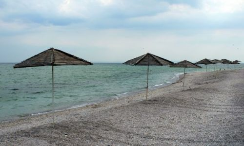 BUłGARIA / - / Nesebar / Pusta plaża z parasolami