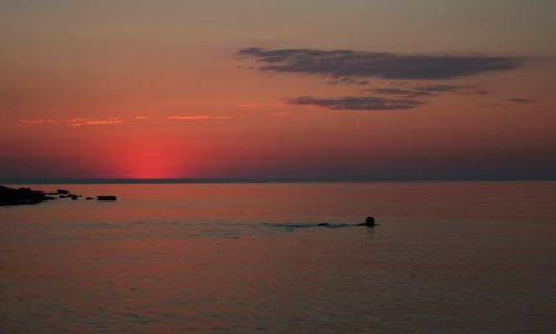 BU�GARIA / - / Chaika / K�piel w morzu przed wschodem s�o�ca