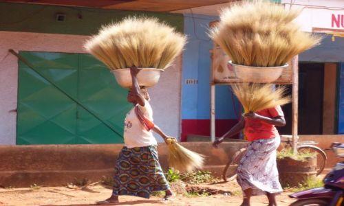 Zdjęcie BURKINA FASO / - / Bobo-Dioulasso / Kobiety z miotłami.