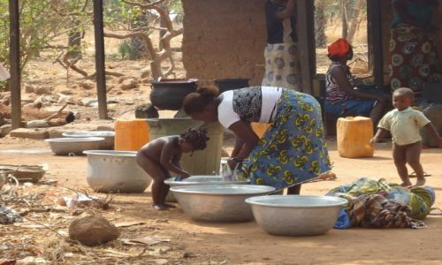 BURKINA FASO / Comoe / okolice Banfory / Pranie