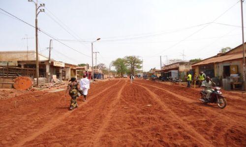 Zdjęcie BURKINA FASO / Houet / Bobo - Diulasso / Główna droga w Bobo