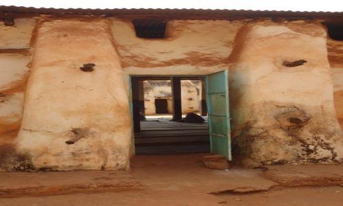 Zdjęcie BURKINA FASO / Houet / Bobo - Diulasso / Przez drzwi