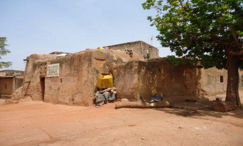 Zdjęcie BURKINA FASO / Houet / Bobo - Diulasso / Najstarszy dom w Burkina