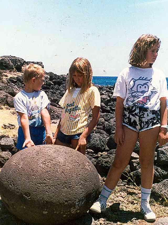 Zdj�cia: swiete miejsce Rapanujczykow oraz kamien  zwany O-Te-Pito-Kete-Hanua, czyli Pepek Swiata, Rapa Nui, Pepek Swiata, CHILE