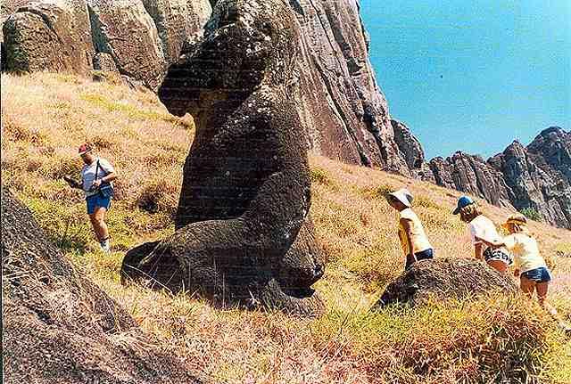 Zdj�cia: stoki krateru Rano Raraku, bardzo stary, kleczacy moai Tuturi, Rapa Nui, moai inny niz wszystkie, CHILE