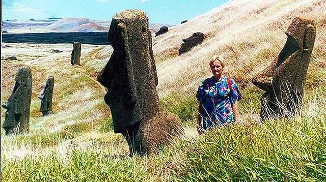 Zdjęcia: stoki krateru Rano Raraku, Rapa Nui, miedzy moaiami, CHILE