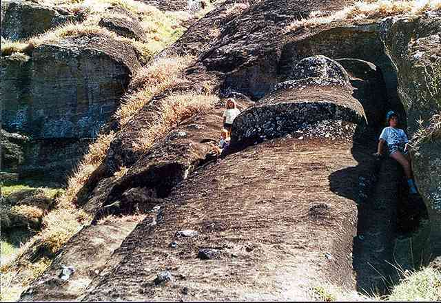 Zdjęcia: kamieniolom Rano raraku, najwiekszy (27 m) moai na Wyspie, Rapa Nui, najwiekszy, nieskonczony, CHILE