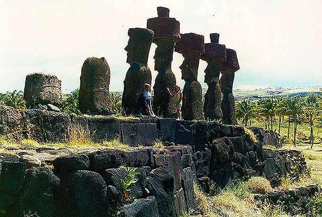 Zdjęcia: Anakena - widac rzezbione plecy moaiòw, Rapa Nui, plecami do oceanu, CHILE
