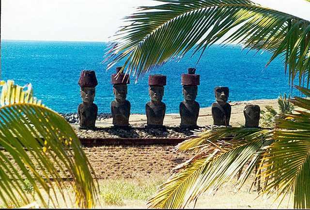 Zdjęcia: Anakena - wg  legend tutaj wyladowal mityczny Hote-matua  i jego ludzie i jest to jedno z , Rapa Nui, pod kokosami, CHILE