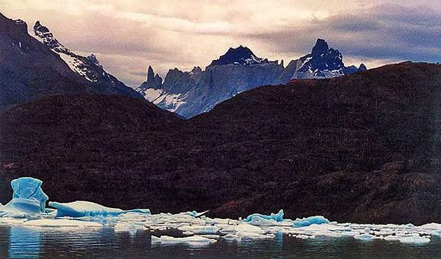 Zdj�cia: znag jeziora Grey, Patagonia, masyw Paine od tylu, CHILE