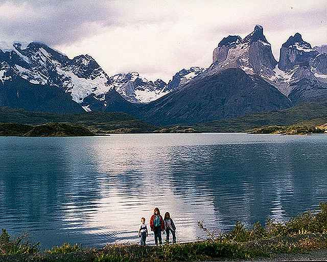 Zdj�cia: jezioro Pahoe  i masyw Paine, Patagonia, sami nad jeziorem, CHILE