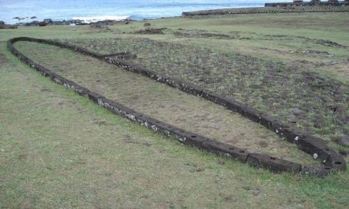 Zdjecie CHILE / Wyspa Wielkanocna / Park Narodowy Rapa Nui / Fundamenty domu