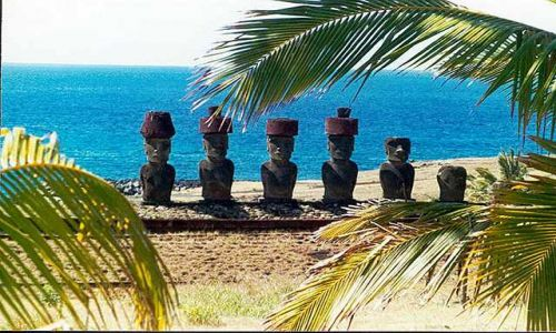 Zdjecie CHILE / Rapa Nui / Anakena - wg  legend tutaj wyladowal mityczny Hote-matua  i jego ludzie i jest to jedno z  / pod kokosami