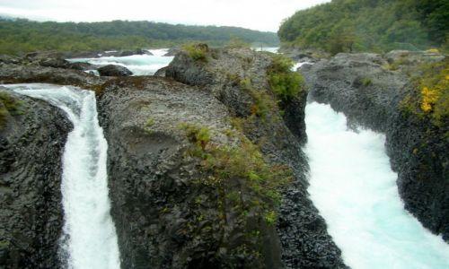 CHILE / Park Perez Rosales  / Wodospad Saltos del Petrohue / Spadajace kaskady