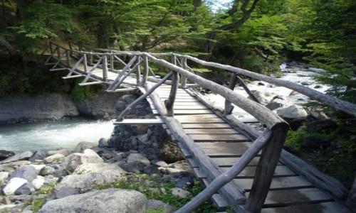 Zdjecie CHILE / park Torres dl Paine  / okolice schroniska El Chileno / mostek na rwącej rzece