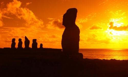 Zdjecie CHILE / Rapa Nui / Ahu Tahai / Ahu Tahai w promieniach zachodzącego słońca