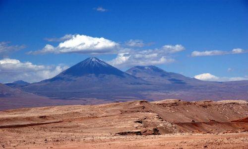 Zdjecie CHILE / Pustynia Atacam / Dolina Smierci / Pustynia ....z wulkanem Licancabur w tle