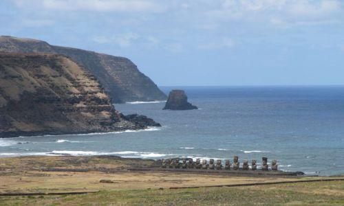 Zdjęcie CHILE / Pacyfik / Wyspa Wielkanocna / Widok na Ahu Tongariki z krateru Rano Raraku
