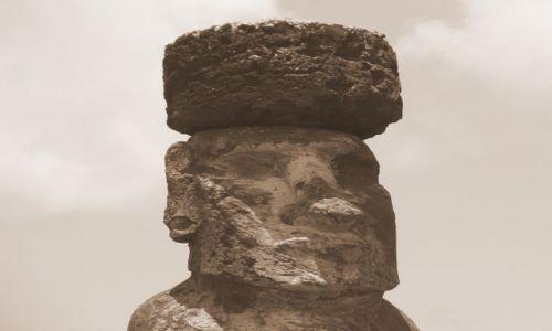 Zdjecie CHILE / Pacyfik. Polinezja / Wyspa Wielkanocna / Moai z pukeo na głowie 2