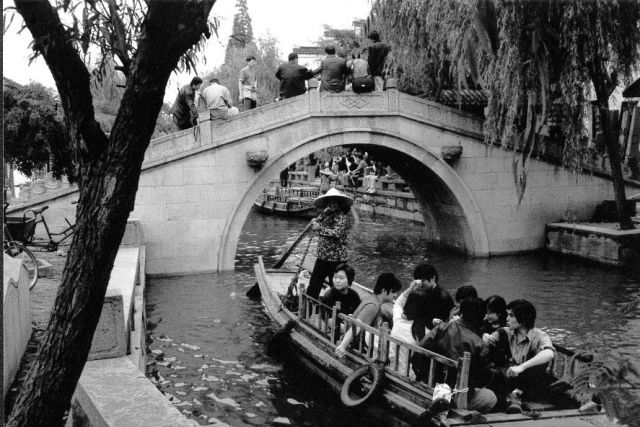 Zdj�cia: Zhouzhuang - chi�ska Wenecja, Okolice Szanghaju, Gondolierzy , CHINY